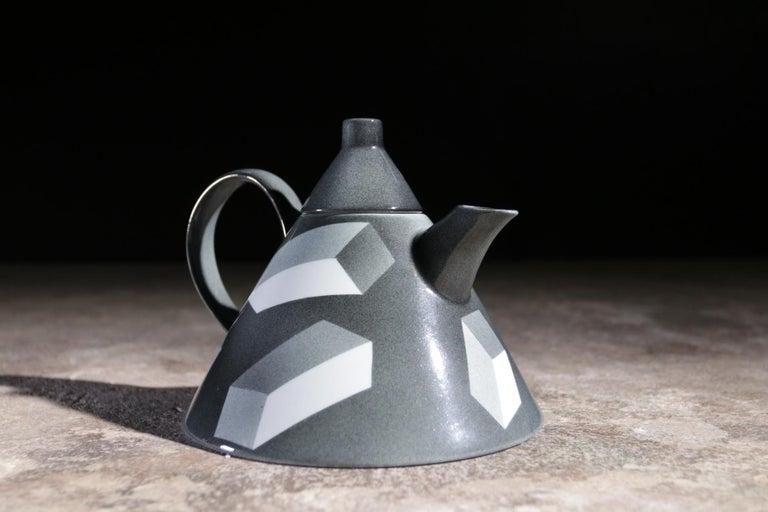 Rare Memphis Porcelain Rolf Sinnemark Rörstrand 'Atlantis' series Teapot 1984 In Excellent Condition For Sale In Boven Leeuwen, NL