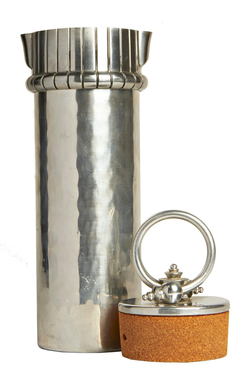 Rare Mint American Art Deco Hammered Aluminum Cocktail Shaker by Buenilum In Good Condition For Sale In Port Hope, ON