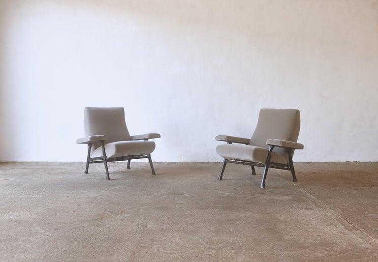 An original and rare early pair of Roberto Menghi hall chairs, produced by Arflex, Italy, 1950s. These chairs were specified by Gio Ponti for his Iconic Pirelli Tower in Milan. They were awarded the Prestigious Prize the Compasso d'Oro in 1959.