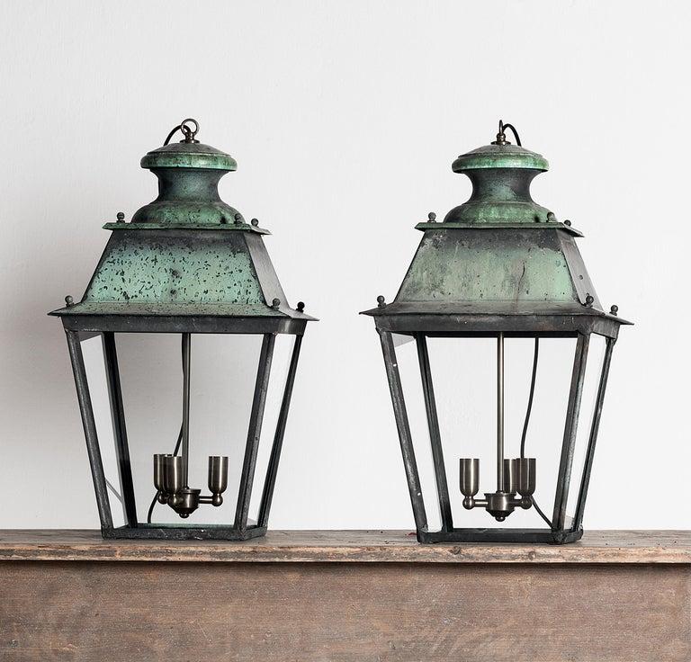 Rare Pair of Large French 19th Century Verdigris Copper Lanterns In Good Condition For Sale In Jesteburg, DE