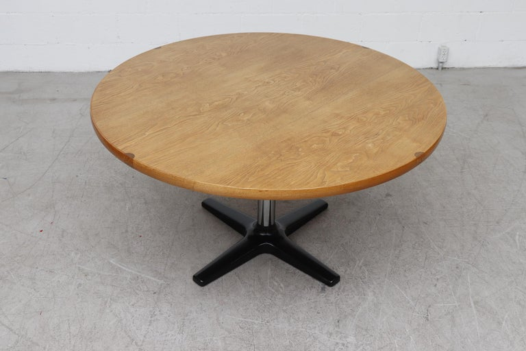 Rare Pastoe Round Oak Pedestal Dining or Center Table In Good Condition For Sale In Los Angeles, CA