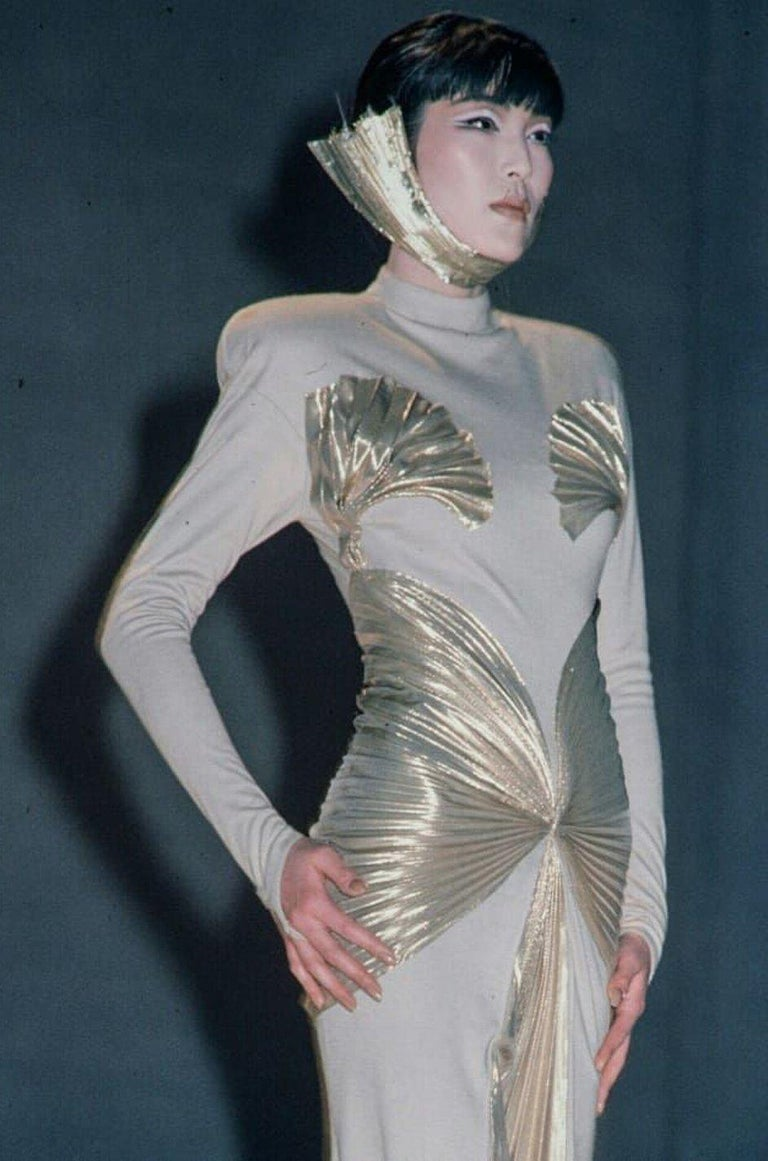 Rare Spring 1985 Thierry Mugler Bombshell Pleated Gold Lurex 'Shell' Dress For Sale 6