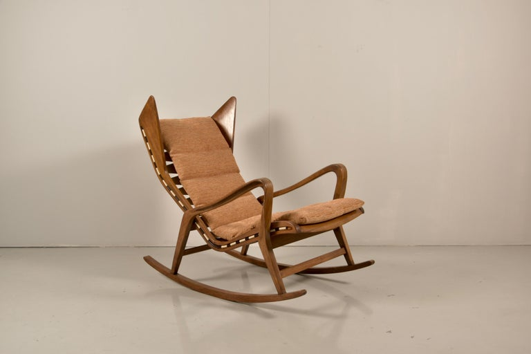 Beautiful rocking armchair, design Cassina 1950 model 572, attributed to Gio Ponti wood walnut, Cassina label, perfect condition.
