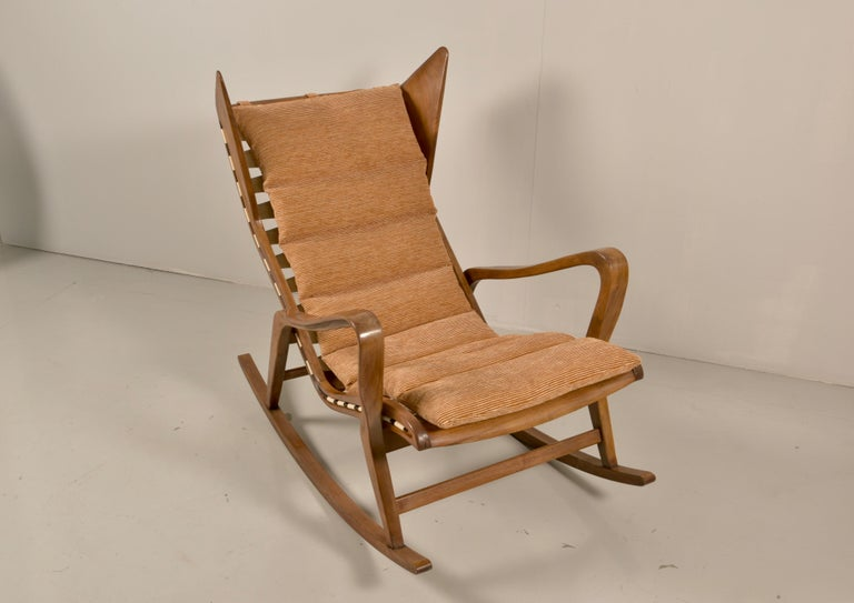 Rare Studio Cassina Rocking Chair Model 572 In Good Condition For Sale In Rovereta, SM