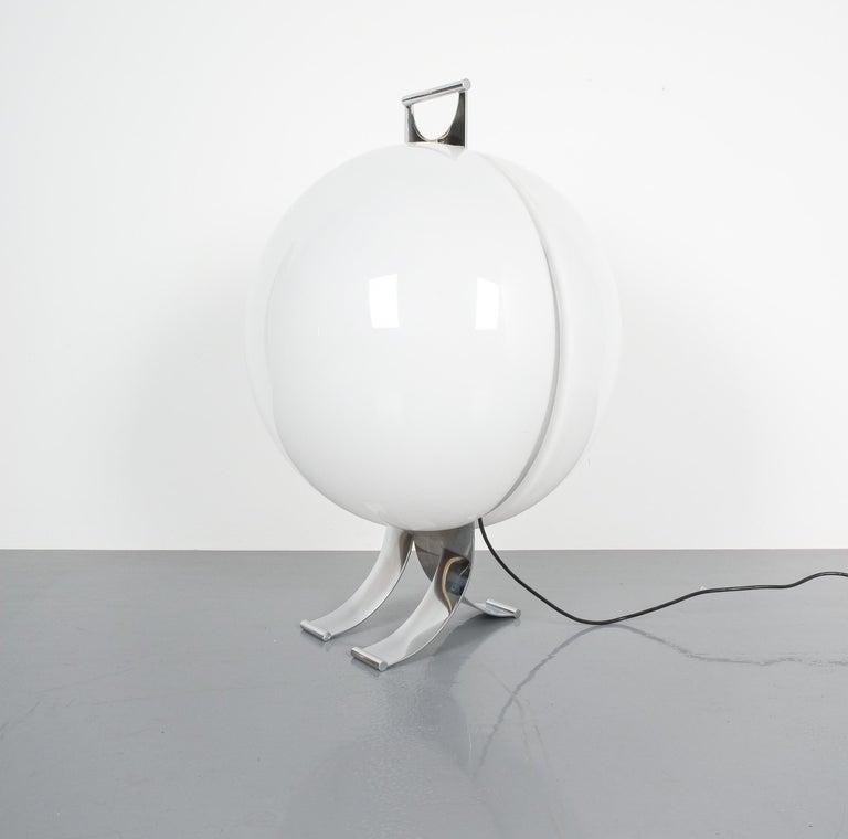 Rare Tetrarch design studio table light chrome Lucite for Valenti, circa 1970 Italy. Impressive 16.5
