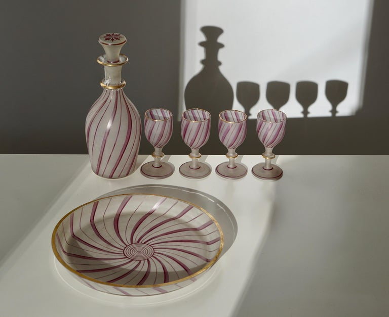 A fine vintage 19th century, Murano glass liquor decanter and stopper with four matching glasses and one bowl for Venini, Italy. Measures: Each glass 9 cm high and 4 cm diameter. Decanter 19 cm high and 8 cm diameter. Bowl 20 cm diameter and 3 cm