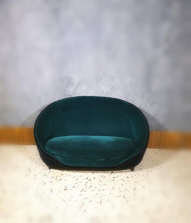 Mid-20th Century Sofà Midcentury in the style of Giò Ponti, Smooth Velvet Green Emerald, 1950s For Sale
