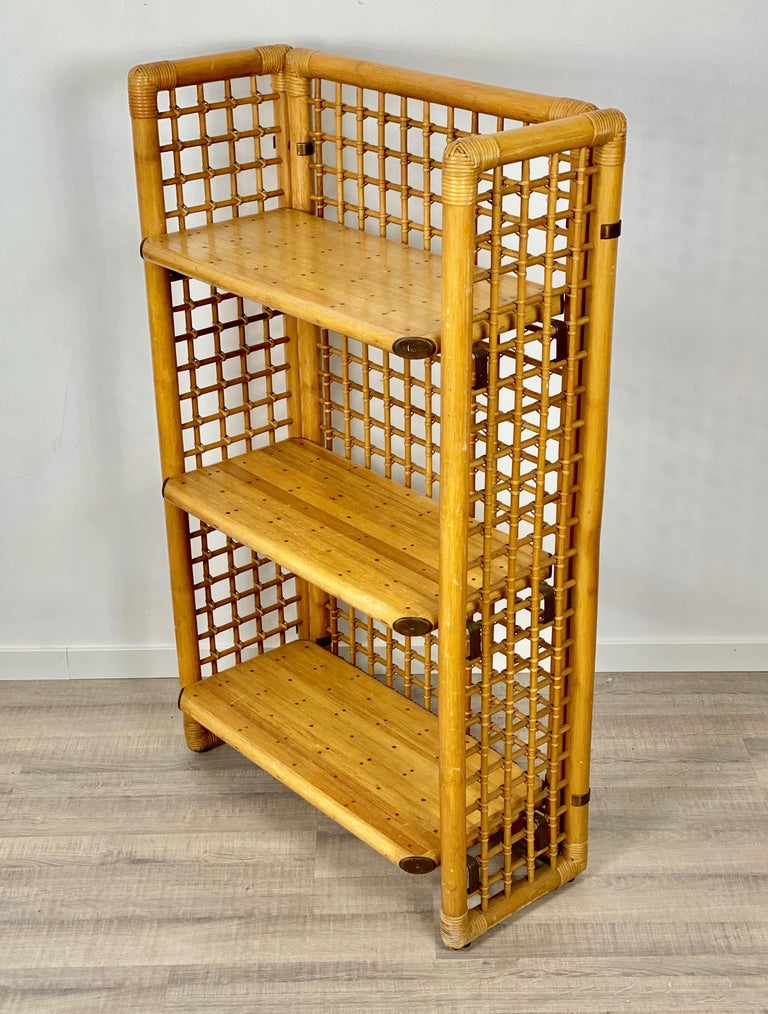 Etagere/bookcase shelf in bamboo rattan with brass details in the corners and shelves. A typical piece of the Italian design of the 1960s.