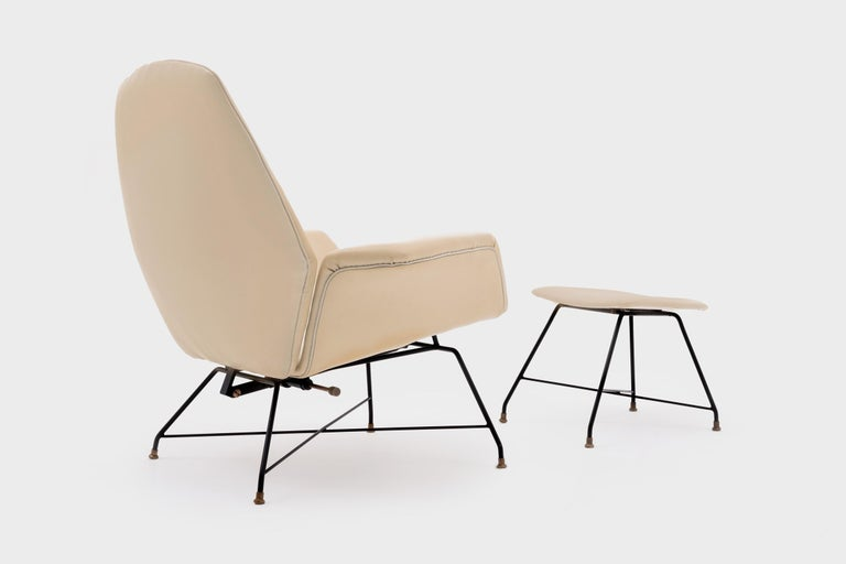 Recliner Lounge Chair 'Lotus' with Hocker by Augusto Bozzi for Saporiti, 1960s In Good Condition For Sale In Rotterdam, NL