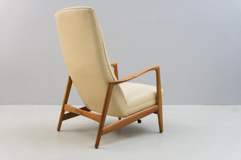 Modern Reclining Armchair '829' in Cream Leather by Gio Ponti, 1960 For Sale