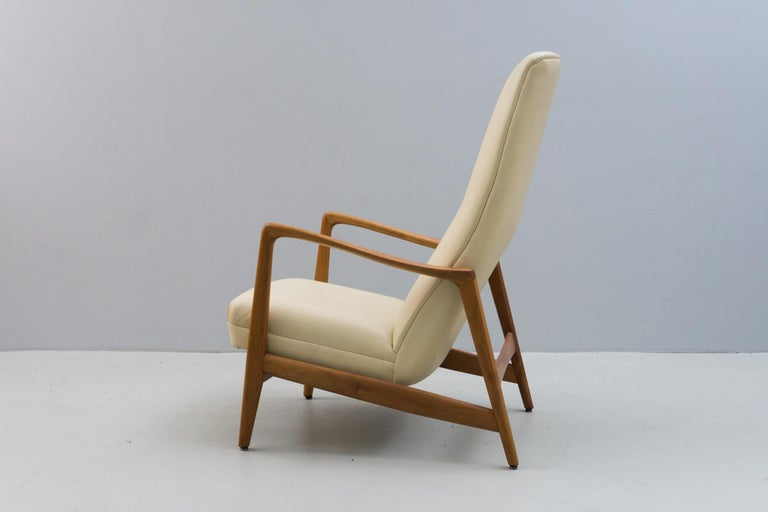 Italian Reclining Armchair '829' in Cream Leather by Gio Ponti, 1960 For Sale