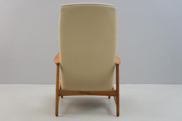 Reclining Armchair '829' in Cream Leather by Gio Ponti, 1960 In Excellent Condition For Sale In Berlin, DE