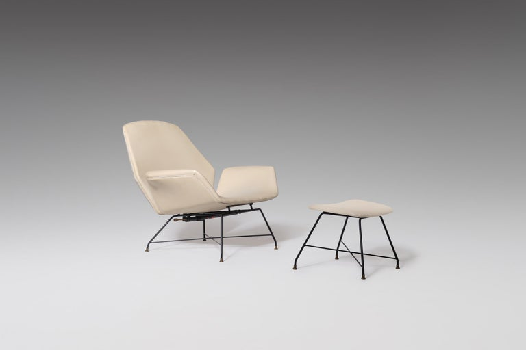 Stunning recliner lounge chair mod. 'Lotus' with hocker by Augusto Bozzi for Saporiti, Italy 1960s. Beautiful royal lotus shaped seating and backrest on a distinctive streamlined black wire frame and chic patinated brass details. The chair comes