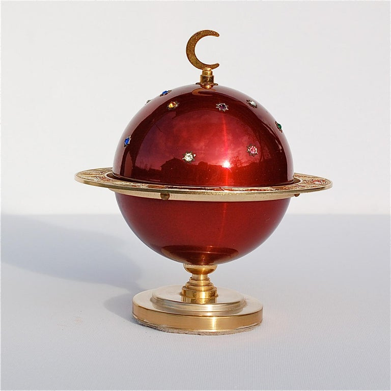 At first sight, you'd never imagine this shiny globe would morph into a cigarette dispenser. By a simple pull, the top hemisphere slides open revealing the inner compartment with room for 18 cigarettes. This novelty vintage cigarette holder in the
