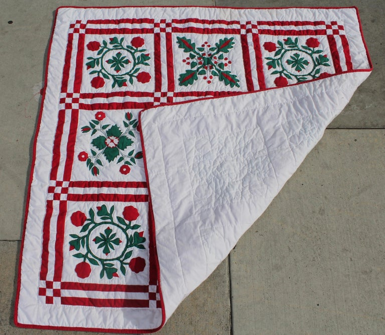 Red and Green Sampler Crib Quilt In Excellent Condition For Sale In Los Angeles, CA