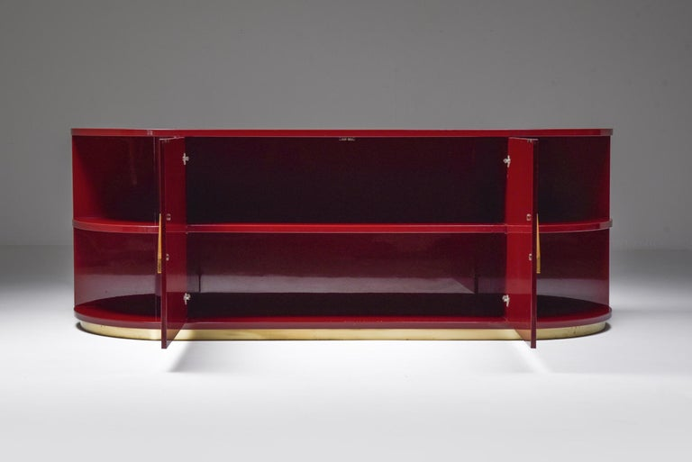 Red Lacquer Sideboard with Brass Details In Good Condition For Sale In Antwerp, BE