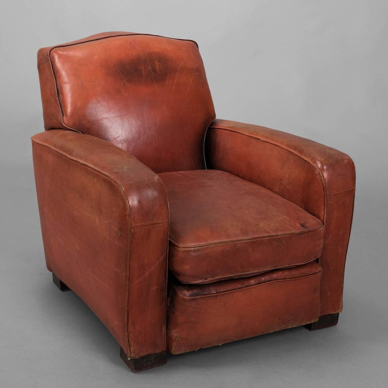 Beautiful time patina for that very comfortable leather club armchair. Some little snags on the side.