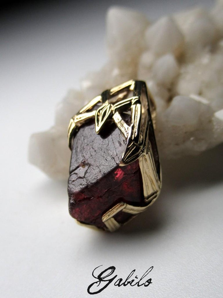 Red Spinel Crystal 18K Yellow Gold Pendant Dark Cherry Natural Raw Uncut Stone In New Condition For Sale In Berlin, DE