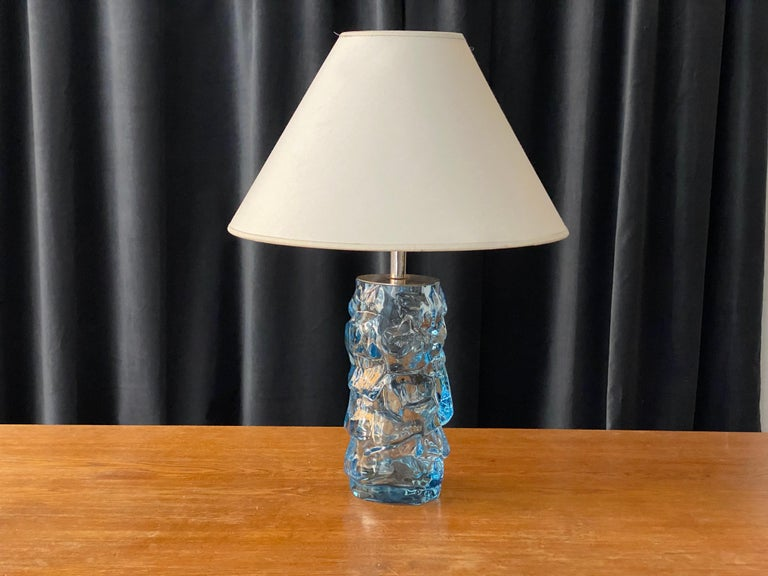 A highly modernist organic table lamp. Of Swedish production, produced by Reijmyre Glasbruk, marked. Currently mounted with a vintage Carl Malmsten screen. In blown glass, 1940s.  Other designers of the period include Paavo Tynell, Josef Frank,