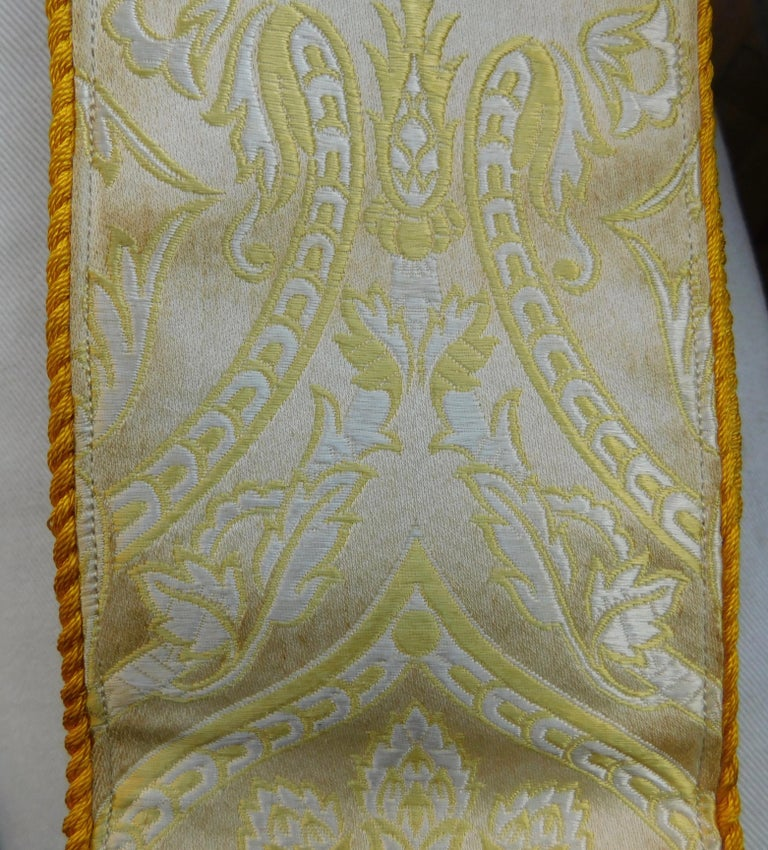 Religious Textile Four-Piece Cream and Gold Brocade Altar Vestment Set In Good Condition For Sale In Antwerp, BE