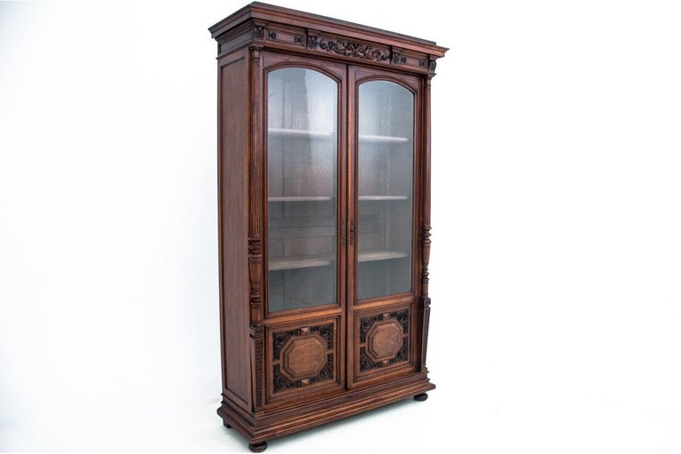 Renaissance library from around 1880. Very good condition. Wood: walnut dimensions: height 238 cm, width 139 cm, depth 48 cm.