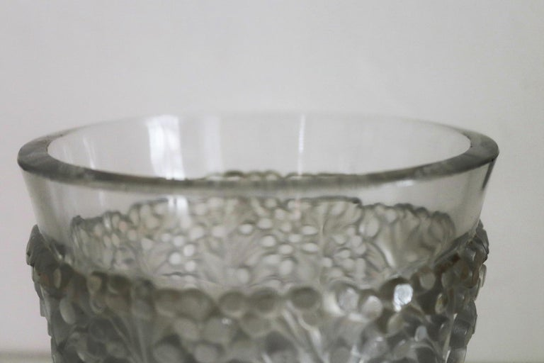 René Lalique Glass Vase with Frosted Leaves and Berries, France, circa 1937 In Good Condition For Sale In Clivio, Varese