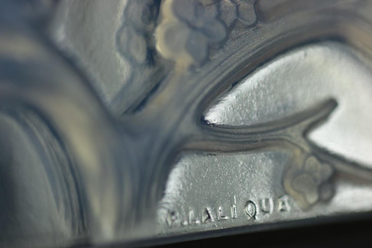 René Lalique Opalescent Glass Inseparables Clock In Good Condition For Sale In Chelmsford, Essex