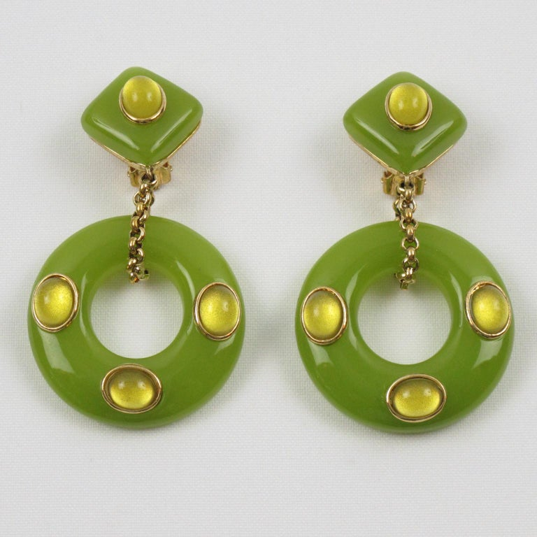 Replica Collection Italy Green Resin Dangling Clip Earrings In Excellent Condition For Sale In Atlanta, GA