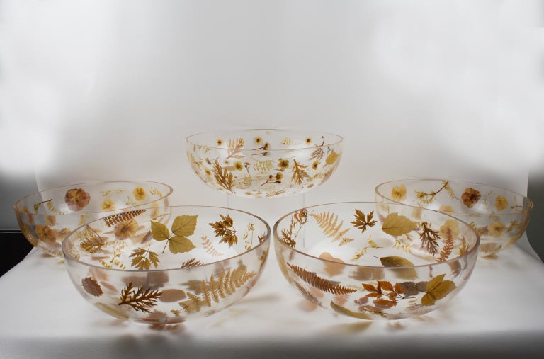 Resin Centerpiece Bowl with Leaves and Flowers Inclusions, Italy 1970 In Excellent Condition For Sale In Atlanta, GA