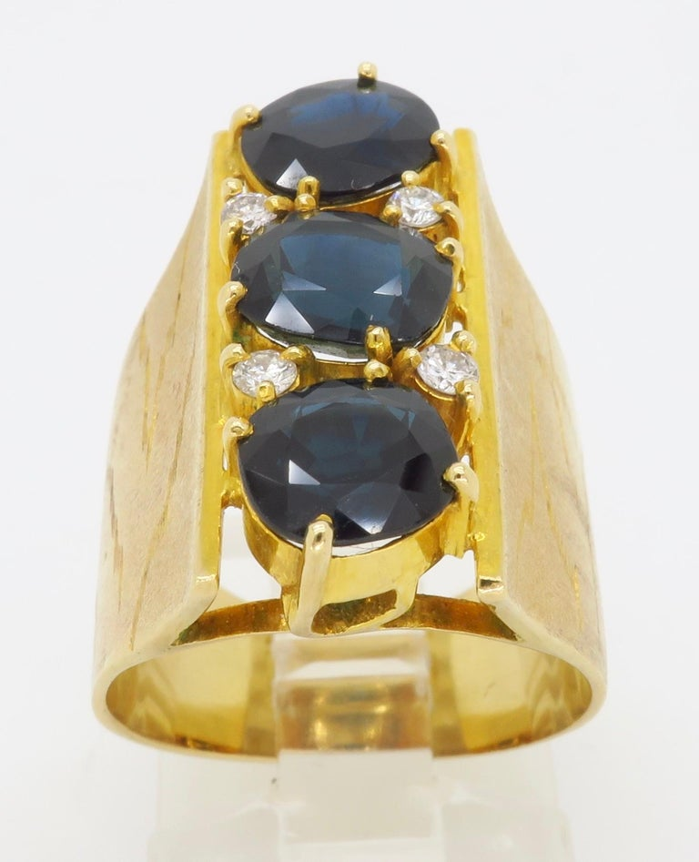 Women's or Men's Retro 18 Karat Yellow Gold Blue Sapphire Ring For Sale