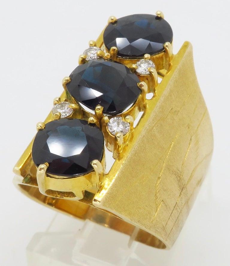 Retro 18 Karat Yellow Gold Blue Sapphire Ring For Sale 1