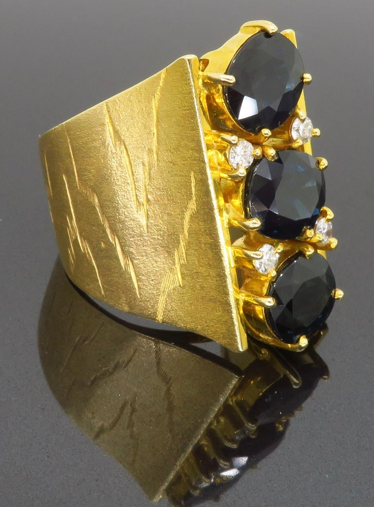 Retro 18 Karat Yellow Gold Blue Sapphire Ring For Sale 3