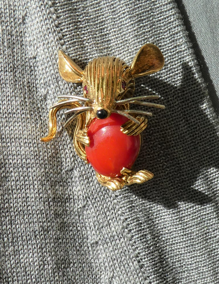 Retro 1950s 18 Karat Yellow Gold Red Coral Ruby Eyes Mouse Brooch For Sale 3