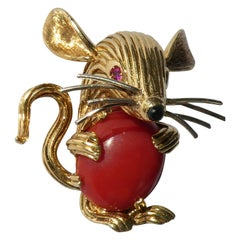 Retro 1950s 18 Karat Yellow Gold Red Coral Ruby Eyes Mouse Brooch