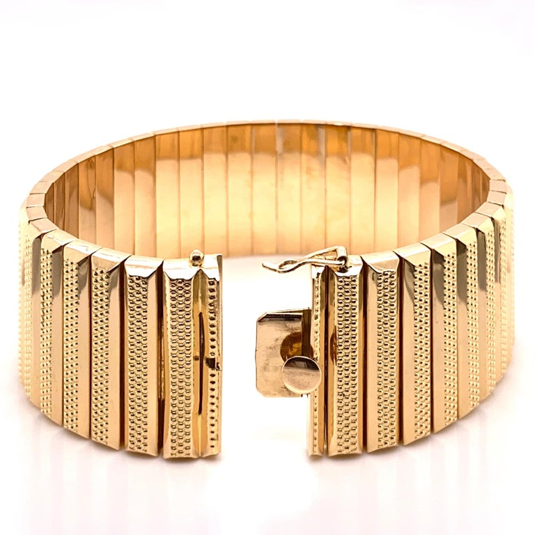 Retro 1950s Wide Link Yellow Gold Bracelet Fine Estate Jewelry In Excellent Condition For Sale In Montreal, QC