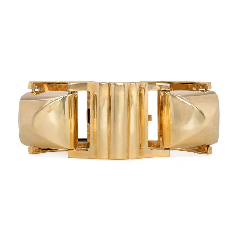 An oversized Retro gold bracelet of alternating sugarloaf and ribbed links, in 14k. Signed NEO  Dimensions: 7