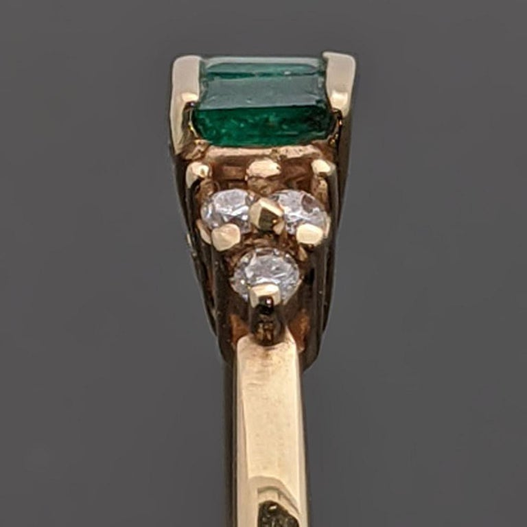 Women's Retro Vintage 14 Karat Yellow Gold Emerald and Diamond Ring For Sale