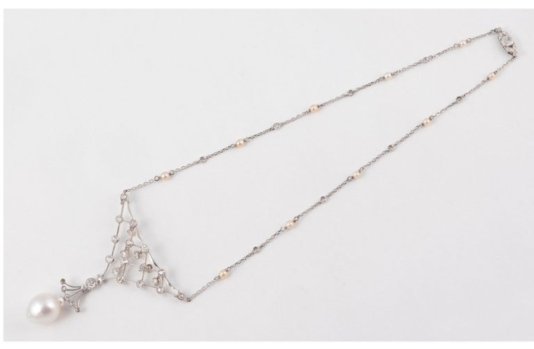 18kt white gold and old cut diamond approximately 8ct with south sea pearl drop size 15mm 20mm The size of the necklace is 46cm The total weight is 21,38gr.