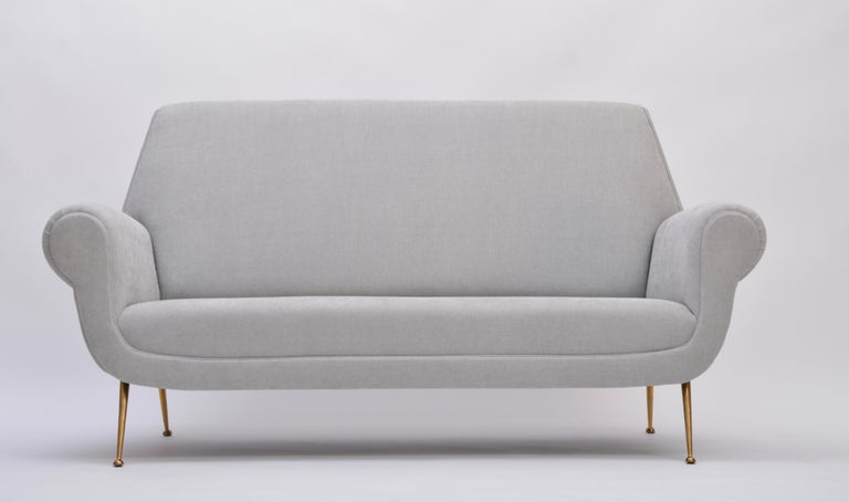 Reupholstered Grey Italian Mid-Century Modern sofa by Gigi Radice for Minotti In Good Condition For Sale In Berlin, DE