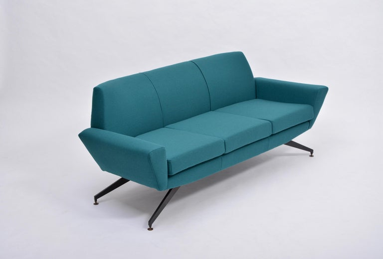 Reupholstered Italian Mid-Century Modern Sofa with Metal Base by Lenzi In Excellent Condition For Sale In Berlin, DE
