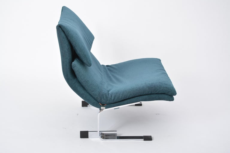 Produced in the 1970s, this Onda (Wave) chair was designed by Giovanni Offredi as part of his Onda series for Saporiti Italia. This very comfortable lounge chair has a beautifully curved back suspended on chrome legs.