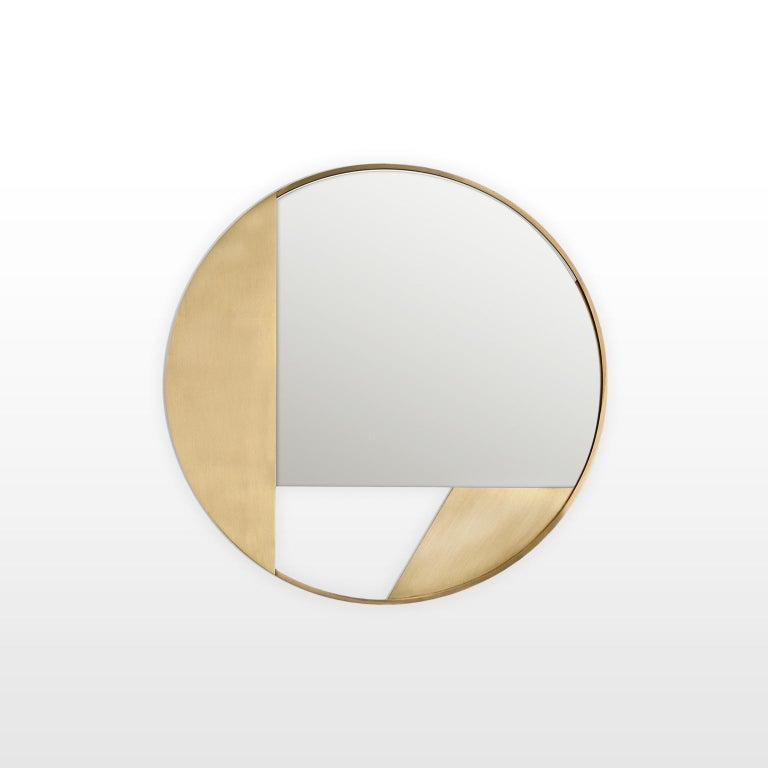 Mirror, 55 cm diameter, with a clean and rigorous design consisting of a brass frame and a cut round mirror.