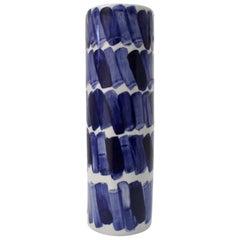 Rhythmus-Vase #2 von Isabel Halley aus hellgrauem Porzellan mit Kobalt-Glasur
