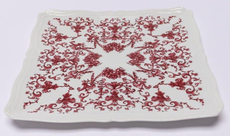 Richard Ginori Babele Rosso red squared flat plate in the Antico Doccia shape 26cm in diameter.