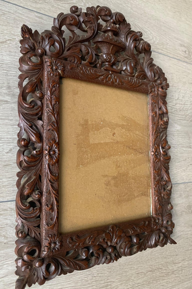 Richly Carved Baroque Revival Italian Picture Frame with Scrolling Leaves & Vase In Good Condition For Sale In Lisse, NL