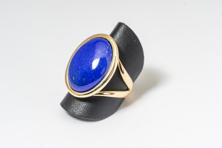 Lapis Lazuli ring with gold nugget plated gold reflections... that Stone is mounted on a yellow gold mounting. This manufacture allows you to put this ring in the ring, in the middle, as you decide... that drawing from the 1960 to 1970 s's was