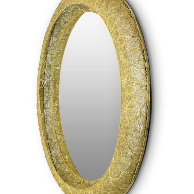 The filigree ring mirror resorts to one of the oldest jewelry making techniques known. Completely handcrafted, with each brass cord fitted with precision, the Filigree Ring flourishes in a traditional homage to Portuguese culture and commitment,