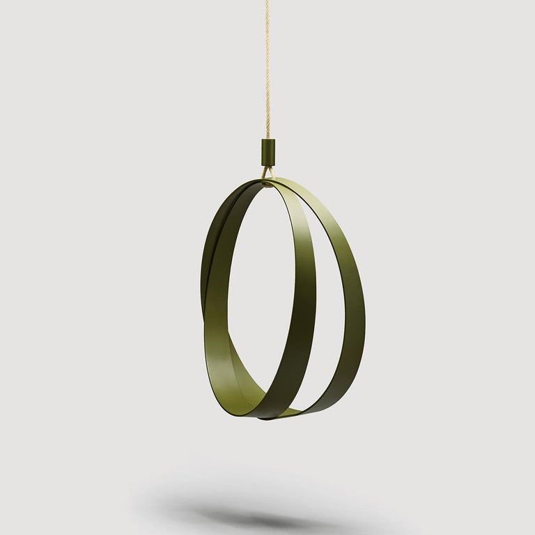 A splendid and delightful indoor-outdoor swing chair to relax and unwind, this piece is composed of two green intersecting rings made of aluminum and firmly welded and suspended with a 6 m-long rope (included) and two cylinders to cover the rope