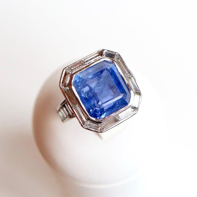 Ring in 18 Carat White Gold setting in its Center an important Closed Sapphire weighing around 17 Carats surrounded by 12 Baguette Diamonds for around 2,5 Carats.  The Ring of the Ring is paved with 6 Baguette Diamonds on each Side for around 1.5