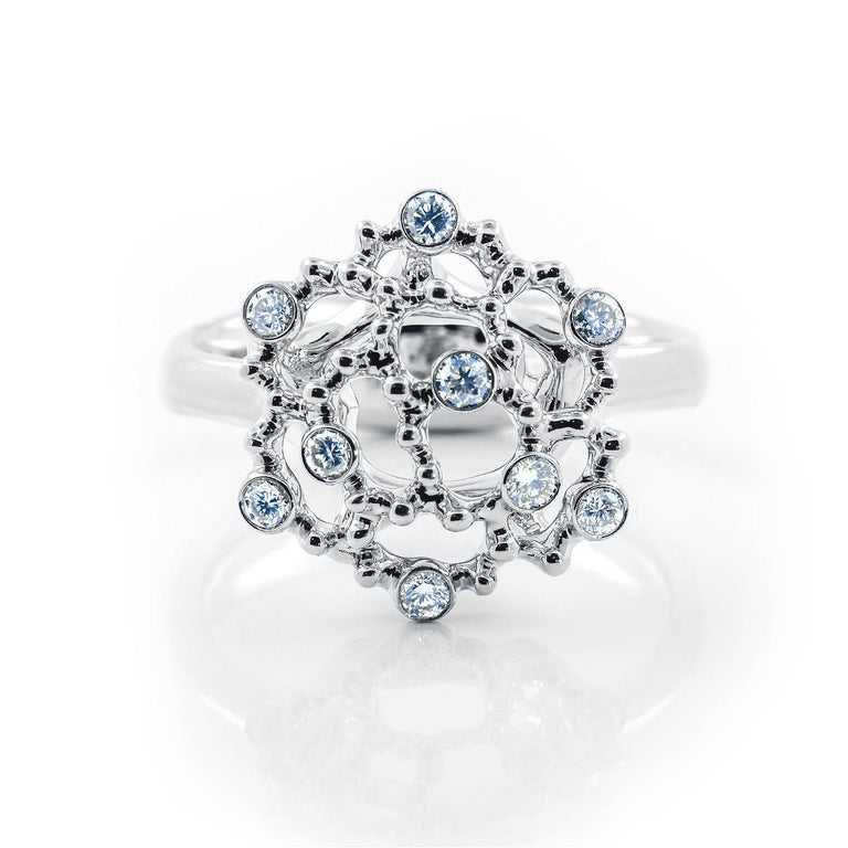 - 9 Round Diamonds - 0,19 ct, G/VVS - 18K White Gold  - Weight: 7,59 g - Size: 16,5 mm - US size: 6 This elegant ring from the Byzantium collection is encrusted with 0,19 ct of diamonds. The dazzling opulence of Byzantine artefacts bearing the